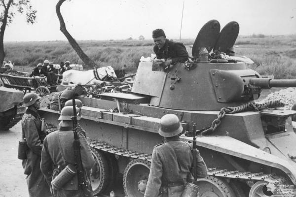 Niemiecki i sowiecki patrol na likii demarkacyjnej. Widoczny sowiecki czołg BT m.n., 1939 r.