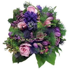 Bouquet compatto di rose rosa, giacinti, fresia con verde decorativo