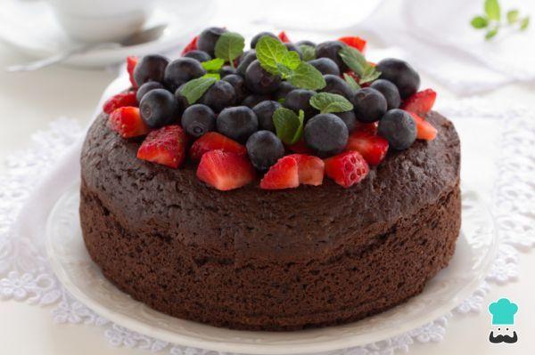 Aprende a preparar torta de Navidad o torta negra - ¡Muy popular en Latinoamérica! con esta rica y fácil receta. La torta negra navideña es un bizcocho elaborado a...