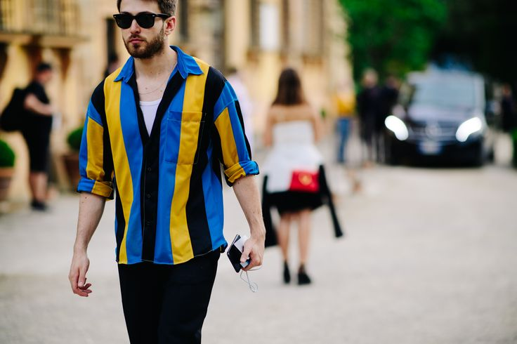 """""""Colorblock"""" - un trend interpretat în stil masculin, prin cămașa cu dungi oversized. (foto Adam Katz / Pitti Immagine)"""