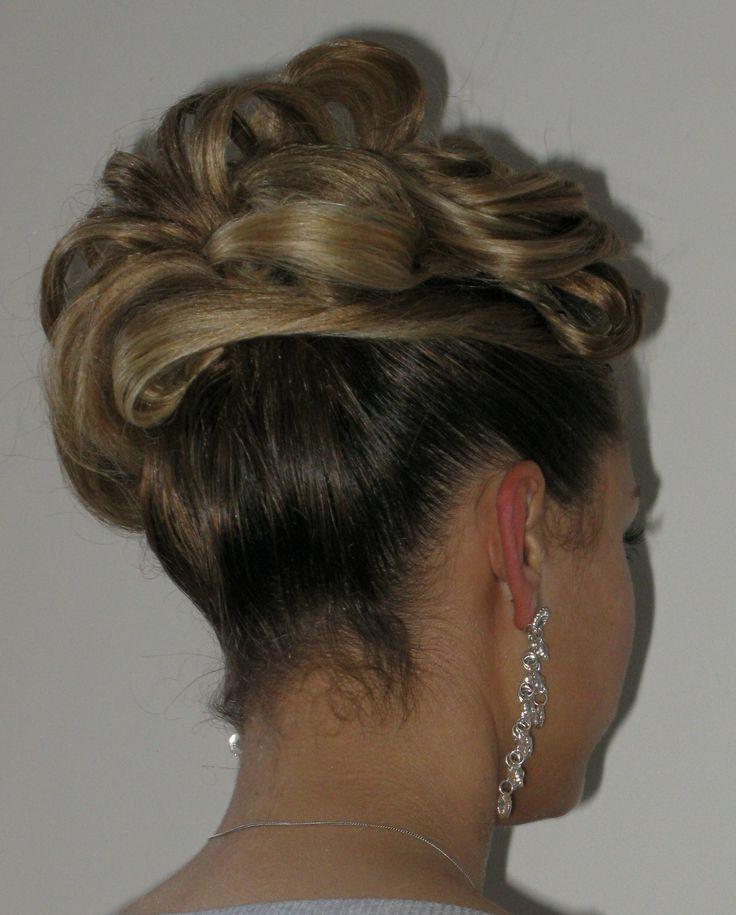 Trendy haar uit Venlo, Where Beauty Begins,  Updo Trendy Hairfashion for Bridal, Bride, Gala, Prom, Event, Party hair Zijwaarts haar met rond gevormde lokken. Opgestoken haar voor de trendy bruid, bruiloft, gala, gelegenheid en feest kapsel