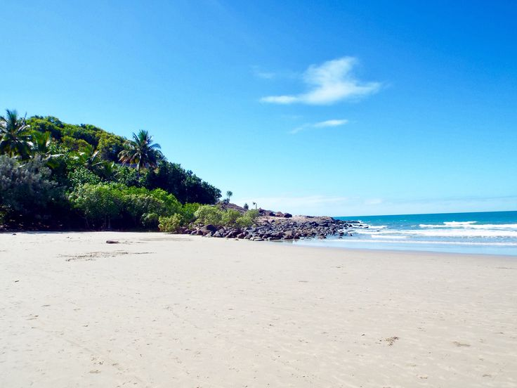 Port Douglas' 4 mile beach... have a look at the blog post to see what else you can get up to here ☀️🌴 #portdouglas #queensland #australia #rainforest #greatbarrierreef #reef #beach #ocean #travel #travelblog