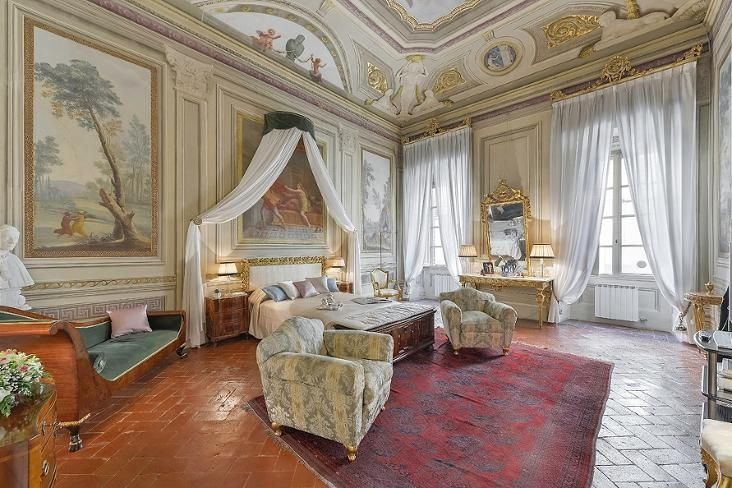Maggio Palace is a luxury apartment with original frescoed walls located in one of the most elegant and noble palaces of Florence's Oltrarno neighborhood. It can accommodate up to 7 people in 4 bedrooms and 5 bathrooms making it ideal for families or group of friends.