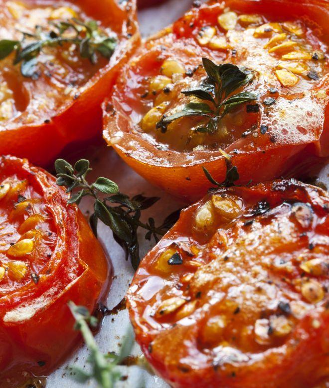 Un pomodoro confit è come un pomodoro caramellato, cotto nel suo stesso succo. Ampliamo l'idea e utilizziamola per arrostire i pomodori grandi, maturi, per una ricetta da dieta a zero calorie. Sono buonissimi: profumati, caldi, saporiti, succosi. Hanno talmente poche calorie, che potete mangiarne una teglia intera. Così arrostiti, possono anche essere frullati con i loro succhi e condimenti, per diventare una densa salsa di pomodoro autunnale. Ingredienti: pomodori, origano, sale, pepe, a...