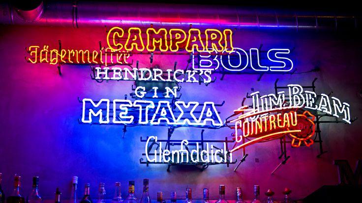 Za barem umieszczono wielowarstwową kompozycję z neonów reklamowych, zaprojektowaną przez Wojtka Traczyka / DBWT.PL