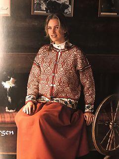 Vakker jakke med julemotiver, hjerter og kristhorn.