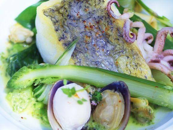 Seehechtfilet mit Muscheln und Spargel ist ein Rezept mit frischen Zutaten aus der Kategorie Meerwasserfisch. Probieren Sie dieses und weitere Rezepte von EAT SMARTER!