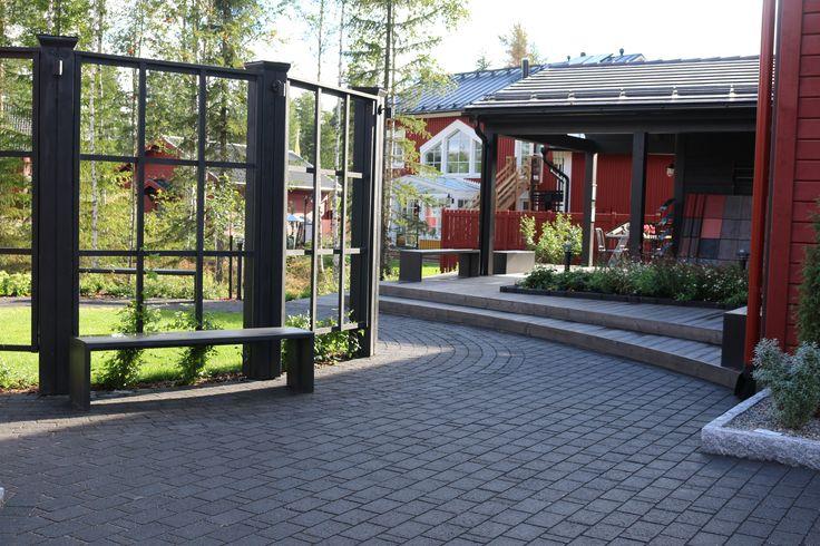 Onnikivi, musta, Kannustalon piha, Asuntomessut Seinäjoki