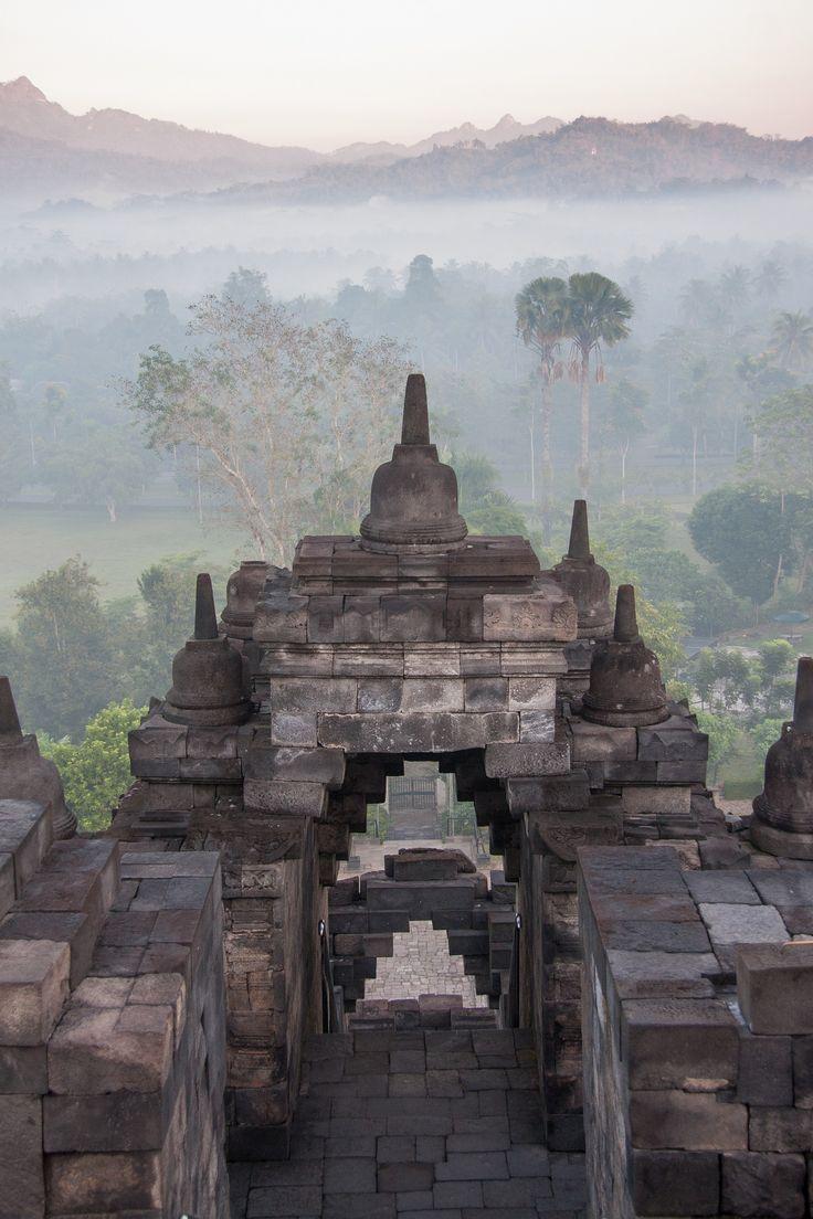 Le passage | Borobudur temple, Magelang, Java, Indonésie.