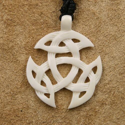Handgemaakt Keltisch sieraad geïnspireerd op de Keltische mythologie & tradities. Deze triquetra is gemaakt van natuurlijk been. Mooi, stijlvol & traditioneel.