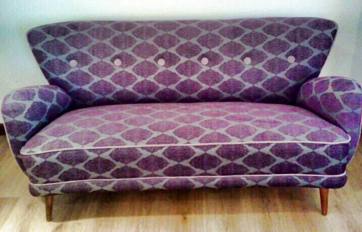 Sillón sónico para 2 o 3 personas,  tapizado en tela color morado/gris!! precioso!!