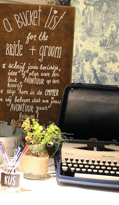 Bij Mereveld houden we van persoonlijke details. Hier pronkt een vintage typemachine met lieve bruiloftswoorden. #Mereveld Utrecht in TOP 5 populairste trouwlocaties van Nederland!