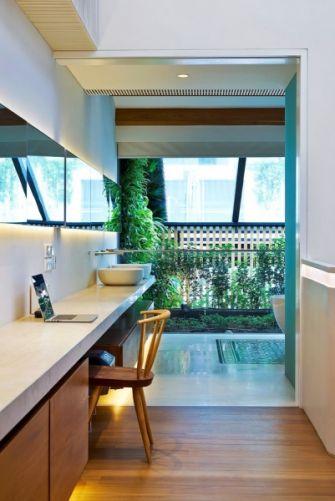 Kouzelnou součástí vzdušné koupelny je uzavřený balkon osázený květinami. Přirozenou ventilaci posledního poschodí poskytuje stěna z dřevěných hranolů, která pokračuje od balkonu dívčího pokoje v prvním patře