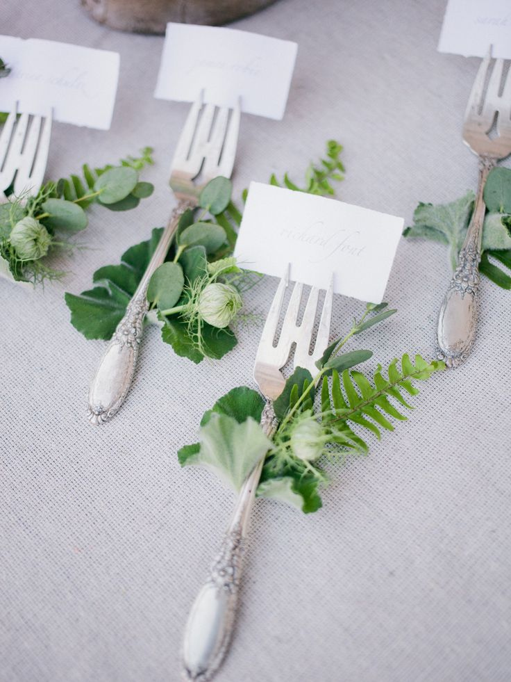 Greenery and forks make the perfect name tags It is so easy to do and still looks so incredibly special. I love this idea… A beautiful handwriting comes in handy..