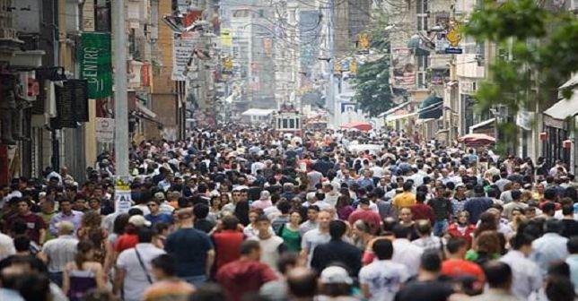 İşsizlik 10 dönem sonra yüzde 9'un altına düştü  Türkiye'de işsizlik oranı, mayısta bir önceki aya göre 0,2 puan gerileyerek yüzde 8,8 oldu. İşsiz sayısı ise aynı dönemde 2 milyon 579 binden, 2 milyon 551 bin kişiye düştü.  http://www.portturkey.com/tr/finans/47038-issizlik-10-donem-sonra-yuzde-9un-altina-dustu