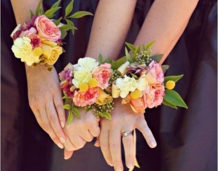 """Bouquets """"au poignet"""" d'hortensias rose pale pour 4 demoiselles d'honneur (meme style mais couleur différente de celle de la photo)"""