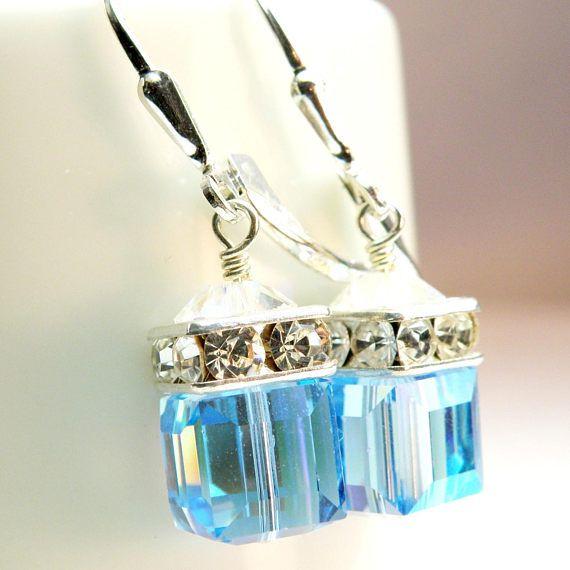Aigue-marine bleus Swarovski Cristal boucles d'oreilles pendent et l'éclat. Une couronne de strass et cristal de Swarovski clair des accents. Les cubes en cristal Swarovski bleus imitent les couleurs de pierres précieuses de topaze bleue ou une teinte aigue-marine cool. Une courte baisse