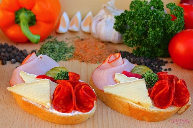 Složení: veka, švédská pomazánka (bramborový salát), debrecínská pečeně, paprikový salám, hermelín, okurka, kapie, kudrnka.