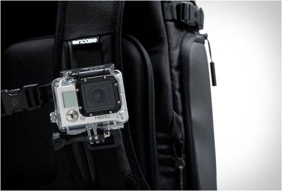 A Incase GoPro Camera Backpack, é uma mochila perfeita para levar com você o amado kit de acessórios para câmeras, oferecendo grande organização e proteção. A mochila elegante apresenta um grande compartimento principal que inclui um di
