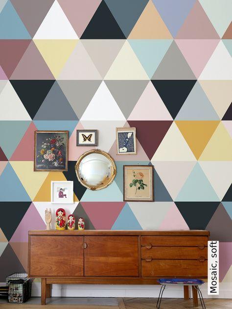 Eine farbenfrohe Wandgestaltung aus gleichschenkichen Dreiecken - tapetenagentur.de