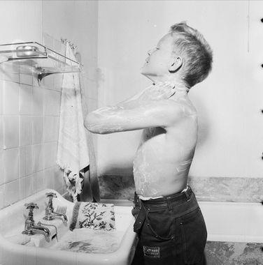 DigitaltMuseum - baderom, håndvask, gutt, såpevask av ansikt og overkropp