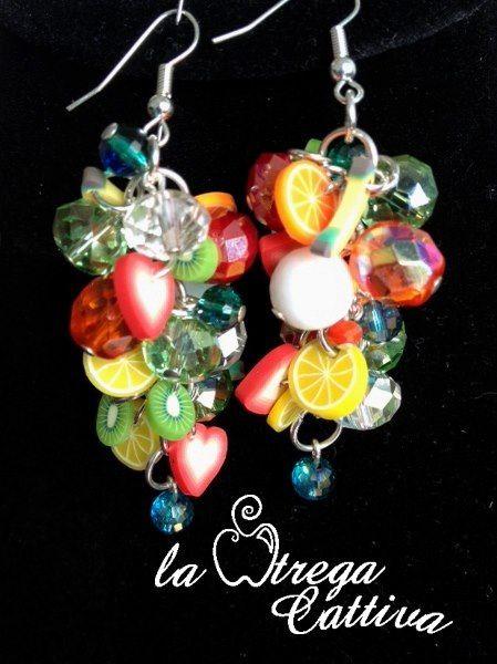Orecchini pendenti: frutta e cuori di gomma e cipolline briolette in cristallo