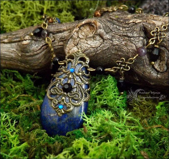 ᘛ Invocation d'Haurun ᘚ Collier grand pendentif de Lapis-lazuli, estampe, Obsidienne oeil céleste, Améthyste et cristal noir : Collier par atelier-bijoux-legendaires