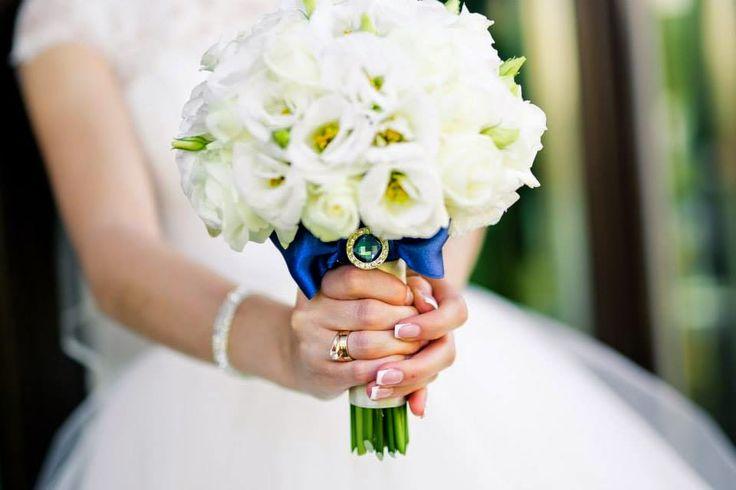Baiciurina Olga's Design Room: Нежный белый букет невесты с ярким синим бантом и брошкой-Tender white&blue wedding bouquet
