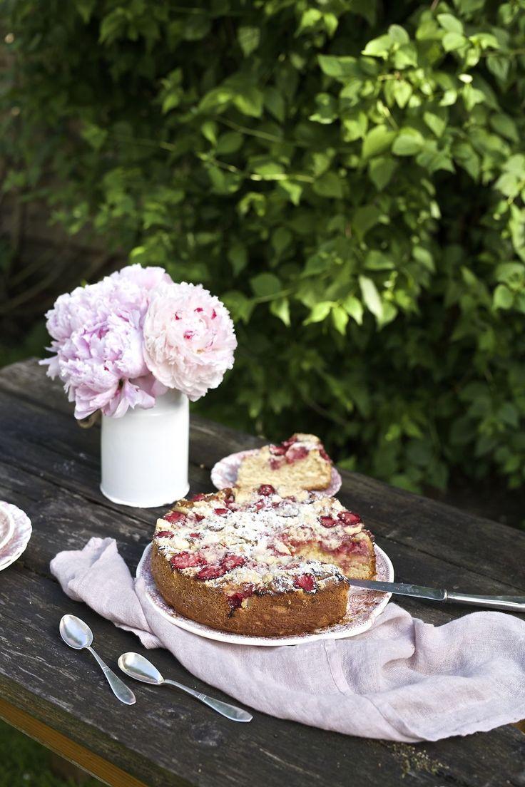 Letnie ciasto drożdżowe z truskawkami, rabarbarem, kruszonką i marcepanem