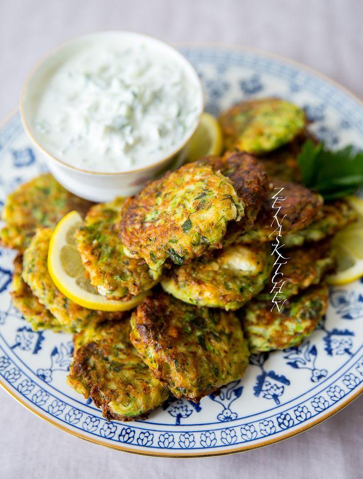 Utsökta grekiska zucchinibiffar med fetaost. De känns nästan somriga. Kolokithokeftedes serveras gärna som en aptitretare på plockbuffén men hemma hos oss äter vi dem som en helmåltid med tzatsiki, sallad och bröd. Ljuvliga! De påminner väldigt mycket om libanesiska ejjeh. För bäst konsistens på biffarnarekommenderarjag att du använder spädazucchini. 6 portioner 1 kg fasta zucchini (läs tips nedan) 200 g fetaost 2 salladslökar 1 lök (gul eller röd funkar) 1 dl finhackad dill eller mynta…