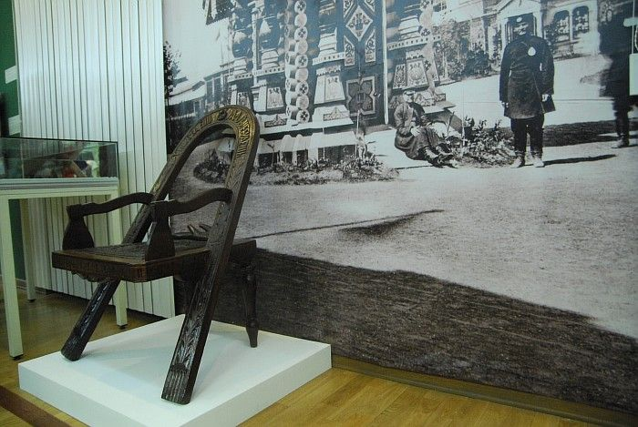 """Это кресло напоминает слегка железный трон из популярного сериала """"Игра престолов"""". Только тот сделан из мечей, а это из... топоров и дуги. Подобная мебель пользовалась большой популярностью среди тех, кто восхищался Россией. В мастерской Шутова, получившего 10-летнюю привилегию на изготовление этого образца, были сделаны десятки подобных вещей."""