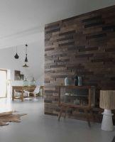 """Parement bois auto-adhésif au format briquette en nuances de marron/brun nommé """"Métropolitain"""" pour donner du style en un tour de main ! Ce parement bois est un parement 3D, il va apporter du relief à votre mur et des jeux de lumières par la même occasion. Ici présenté dans les tons bruns, ce parement existe aussi dans les tons gris (MoMA) et en blanc (Guggenheim). #déco #bois #imberty"""
