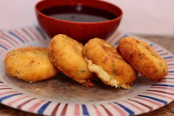 Bolinho de batata com provolone, mussarela, gorgonzola, cebola, cebolinha, sal e pimenta. Acompanha o Molho Tonkastsu, que faz toda a diferença. (receita em http://bentos2.wixsite.com/sb70fotos