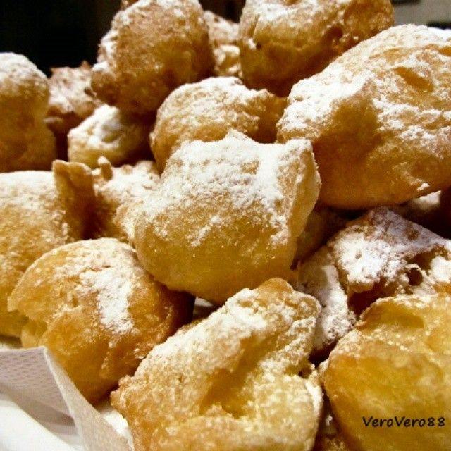 FRITTELLE di CARNEVALE - CARNIVAL FRITTERS recipe in English available #ricetta #recipe #frittelle #carnevale #carnival #fritter #tradizional #italian #tradizione #VeroVero88 #Varese #dessert