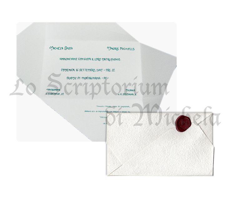 Partecipazione di nozze su carta 100% cotone fabbricata a mano color panna con chiusura ad incrocio, tipo busta. Sigillo personalizzato con ceralacca color bordeaux. Testo in scrittura Liberty, colore verde scuro. Dim. Aperto 20,4x28,6 cm – Chiuso 11,4x18,9 cm