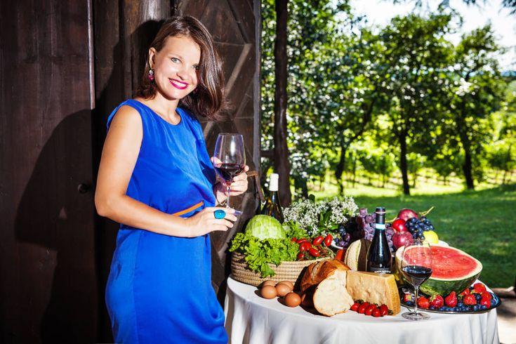 Гид и сомелье Анна Алексеева/  Сами итальянцы пьют вина почти ежедневно. Также итальянцы обучены культуре потребления вин: белые вина идут к сырам, рыбе, морепродуктам и легким блюдам, красные – к мясным блюдам, выдержанным сырам, а сладкие – к шоколаду.