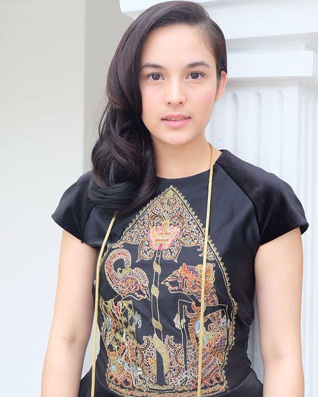 """Terkadang bukan fisik yang membuat seseorang menjadi menarik dan inspiratif, melainkan adanya kekuatan hati, perjuangan, semangat, ketulusan, karya, kebaikan, intelektualitas, kesabaran, cinta, kasih, kejujuran dan kesetiaan."" - (R.A. Kartini.) Selamat Hari Kartini kepada semua Perempuan hebat Indonesia! Kartini Inspirasi kita semua. ❤️❤️❤️"