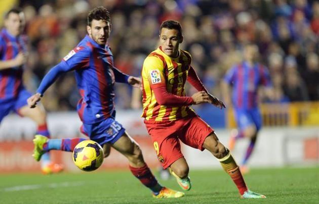 El delantero chileno del FC Barcelona Alexis Sánchez (D) intenta superar la marca del defensa griego del Levante Nikos Karampelas, en partid...