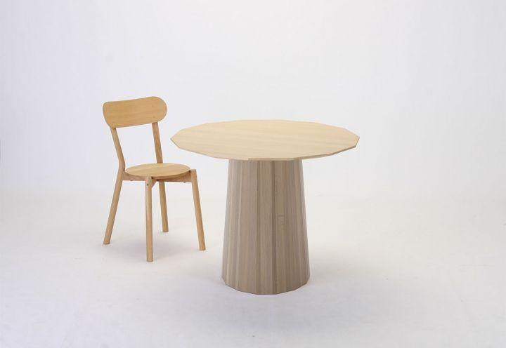 Tra le novità presentate da Karimoku New Standard, il tavolo Colour Wood Dining 95, disegnato da Scholten & Baijings, da 2-4 posti. Sulla superficie, un pattern a puntini stampato con una tecnica innovativa riporta il segno distintivo dei designer
