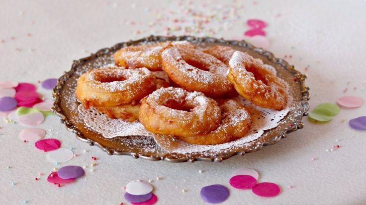 A Carnevale, si sa, la frittura la fa da padrona! Le Frittelle di mele alla vaniglia sono perfette per festeggiare il Carnevale e piaceranno a grandi e piccini. Semplici fettine di mela passate in una pastella alla birra aromatizzata alla vaniglia e con un tocco di cannella, poi fritte nell'olio caldo. Il passo passo fotografico vi mostrerà la facilità di esecuzione di questa ricetta, è però importante scegliere ingredienti di prima qualità per ottenere un fritto eccellente.     Le mele…