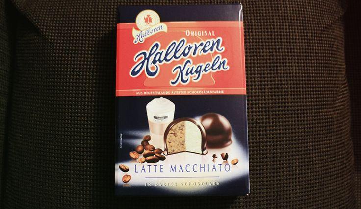 Original Halloren Kugeln Latte Macchiato - Kaffee-Milch-Creme in zarter Schokolade ;  Original Halloren Kugeln mit 83% Latte Macchiato-Creme in 17% Zartbitterschokolade. Filled with 83% Latte Macchiato cream in 17% bitter sweet chocolate.