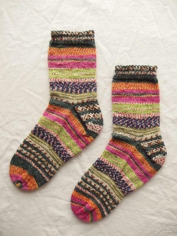 靴をはいて柄を見せても、ぬいでもカワイイ!Opal毛糸の中でも人気の柄で編みました。手編み1点モノ着用した様子は同じサイズで作った別の靴下で写真を撮りましたの...|ハンドメイド、手作り、手仕事品の通販・販売・購入ならCreema。