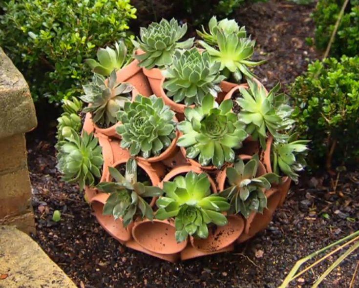 Il position 11 pots de fleurs en cercle sur une desk et les colle ensemble. Quand il finit, son montage est spectaculaire!