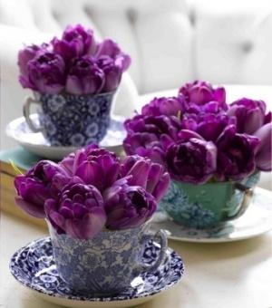 Een paar bloemetjes zijn goed te schikken in een theekopje! #leukideebruiloft #bruiloft #ideeenbruiloft