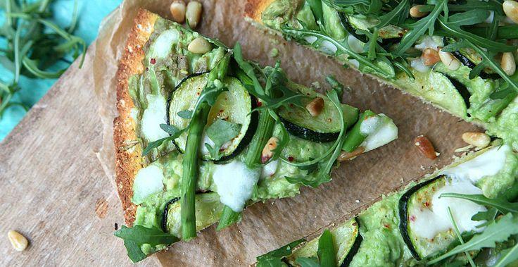 Glutenvrije vegetarische pizza met een bodem van kokosmeel en kruiden én boordevol groentjes. Lekker en vooral gezond. Hello pizza fridays!
