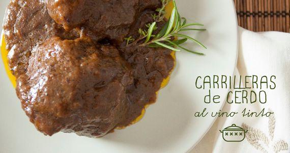 Si te ha gustado nuestra receta de carrilleras de ternera no te puedes perder esta variante con carrilleras de cerdo y vino tinto.