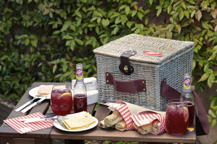 Una cesta de mimbre guarda en su interior todos los ingredientes para disfrutar de una comida en el campo, en la montaña, en la playa o en un parque en mitad de una ciudad. Cualqui