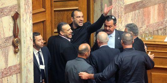 Panayiotis Iliopoulos, élu du parti néo-nazi grec Aube dorée, a crié le salut nazi alors qu'il était exclu de l'hémicycle après avoir insulté Alexis Tsipras, leader de la coalition de gauche Syriza.   AFP/EUROKINISSI