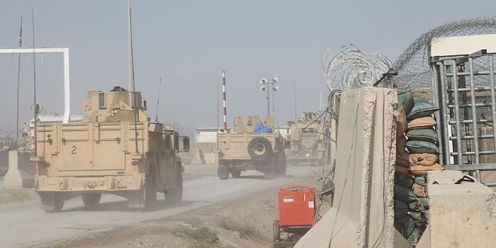"""UZINA DE LA ENTRY CONTROL POINT 5 • Într-adevăr, o uzină. Întinsă pe o suprafaţă considerabilă, cea mai mare poartă de acces în Baza Aeriană Kandahar, Entry Control Point Numărul 5 (ECP 5), este deservită de militari din Batalionul 811 Infanterie Protecţia Forţei """"Dragonii Transilvani"""""""