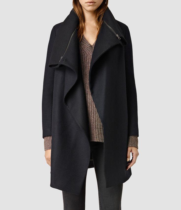 AXON COATLos abrigos de la nueva temporada son la opción perfecta para la transición de temporadas. Confeccionado en cálida y suave lana para los días más fríos. El estilo se cierra en el hombro otorgándole al conjunto un acabado drapeado de estética asimétrica. Detalles de cremallera en el cuello. COMBINADO CON:El Riva Jumper y los Mast Jeans/Jet Black.CÓMO COMBINAR ESTA TEMPORADA:Un jersey de punto y unos jeans skinny completarán tu estilo.80% lana, 20% poliamida. Solo limpieza en seco.